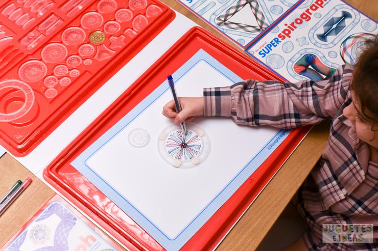 hacemos-disenos-geometricos-con-spirograph-de-fabrica-de-juguetes-4
